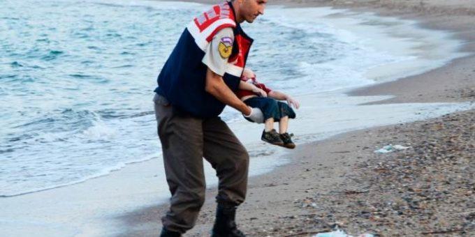 Шокирующие фото утонувшего мальчика из Сирии поразили общественность