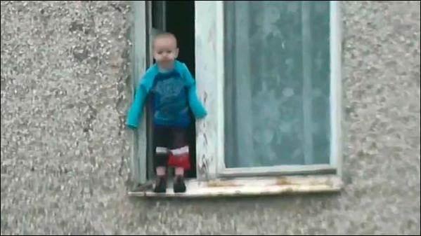 Ребёнок на карнизе в Миассе видео