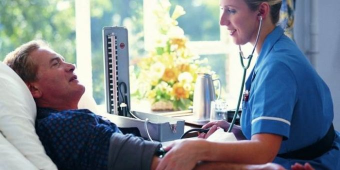 Что делать, когда необходима сиделка по уходу за лежачим больным?