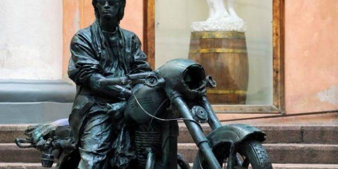 Памятник Виктору Цою на мотоцикле открыли в Окуловке
