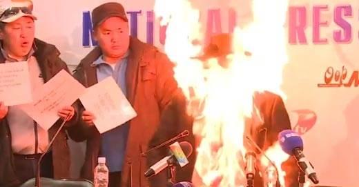 В Монголии глава профсоюза устроил самосожжение видео