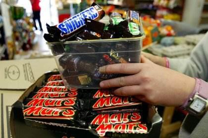 В 55 странах отзывают Mars и Snickers из-за пластика в батончиках