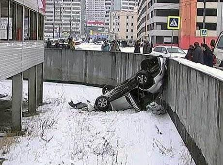 В Москве автомобиль упал с четвертого этажа парковки видео