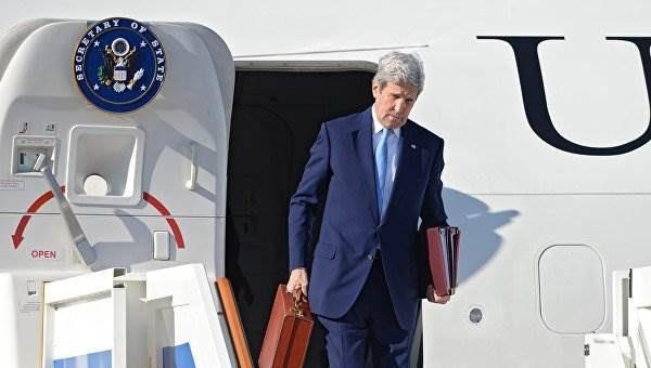 Джон Керри прилетел с гитарой и загадочным чемоданчиком