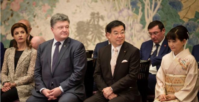 Руководитель фракции Порошенко заснул на встрече с премьером Японии фото