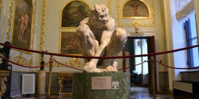 Микеланджело - Скорчившийся мальчик. Скульптура в Эрмитаже фото
