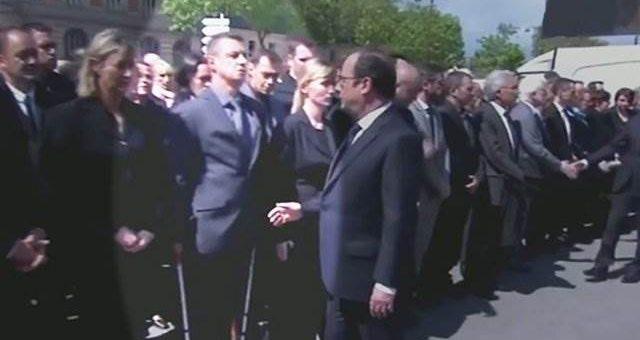Французский полицейский отказался подать руку Олланду видео