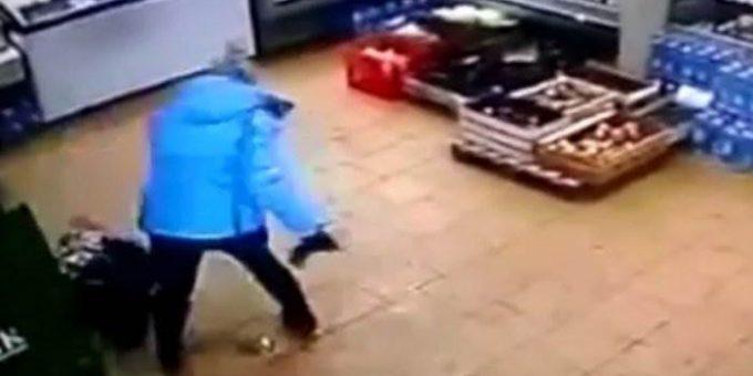 Мать жестоко избила сына в магазине в ЯНАО видео