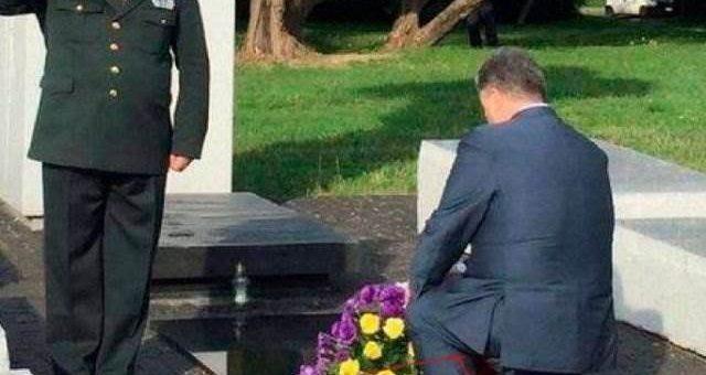 Порошенко в дырявом носке. Соцсети высмеяли президента Украины