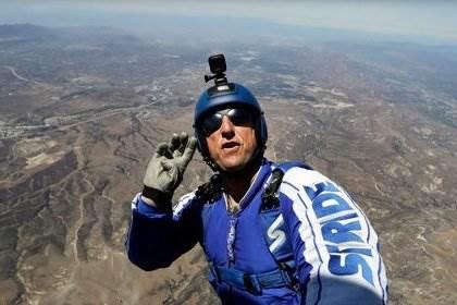 Скайдайвер совершил прыжок без парашюта видео