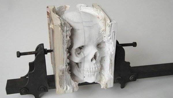 Процесс создания скульптуры из книг