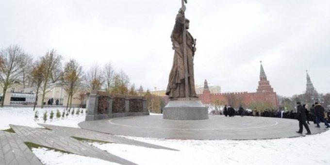 Памятник князю Владимиру в Москве фото