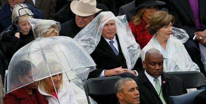 Джордж Буш на инаугурации борется с дождевиком