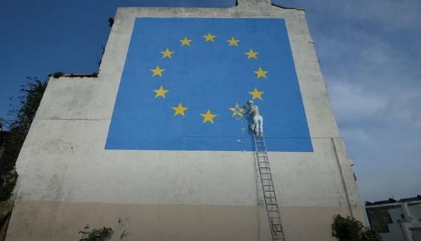 Бэнкси изобразил флаг ЕС без одной звезды