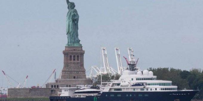 Яхта российского миллиардера загородила статую Свободы фото