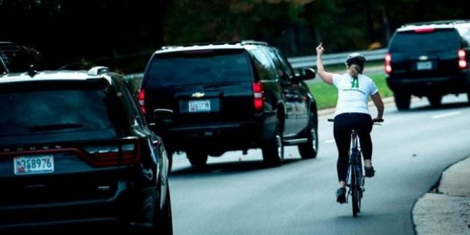 Велосипедистка, показавшая Трампу средний палец, лишилась работы