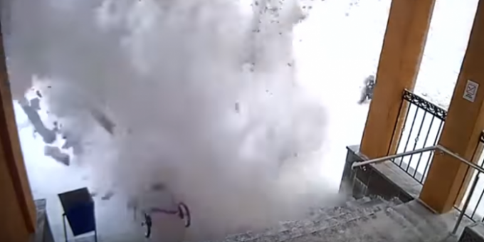 Падение снега на женщин и ребенка в Мурманской области видео