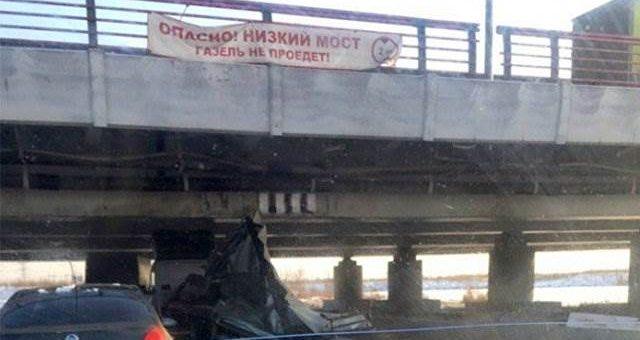«Газель» проехала под мостом с надписью «Газель не проедет» фото