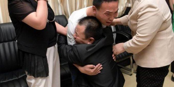 Родители плачут от радости, когда нашли пропавшего 24 года назад сына
