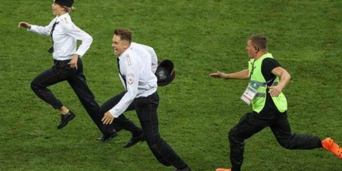 Кто выбежал на поле в финале ЧМ-2018