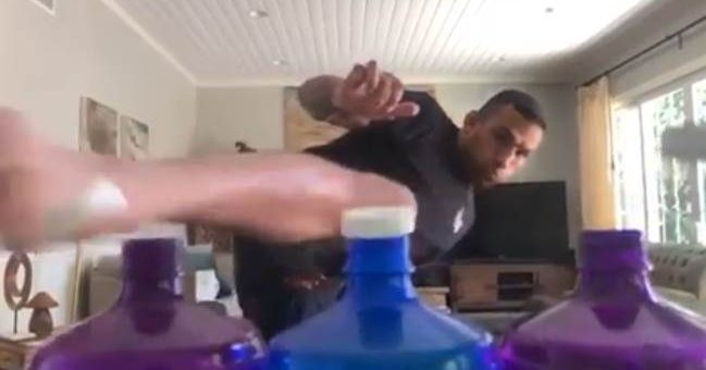 Экс-чемпион UFC Фабрисиу Вердум открыл три бутылки одним ударом ноги