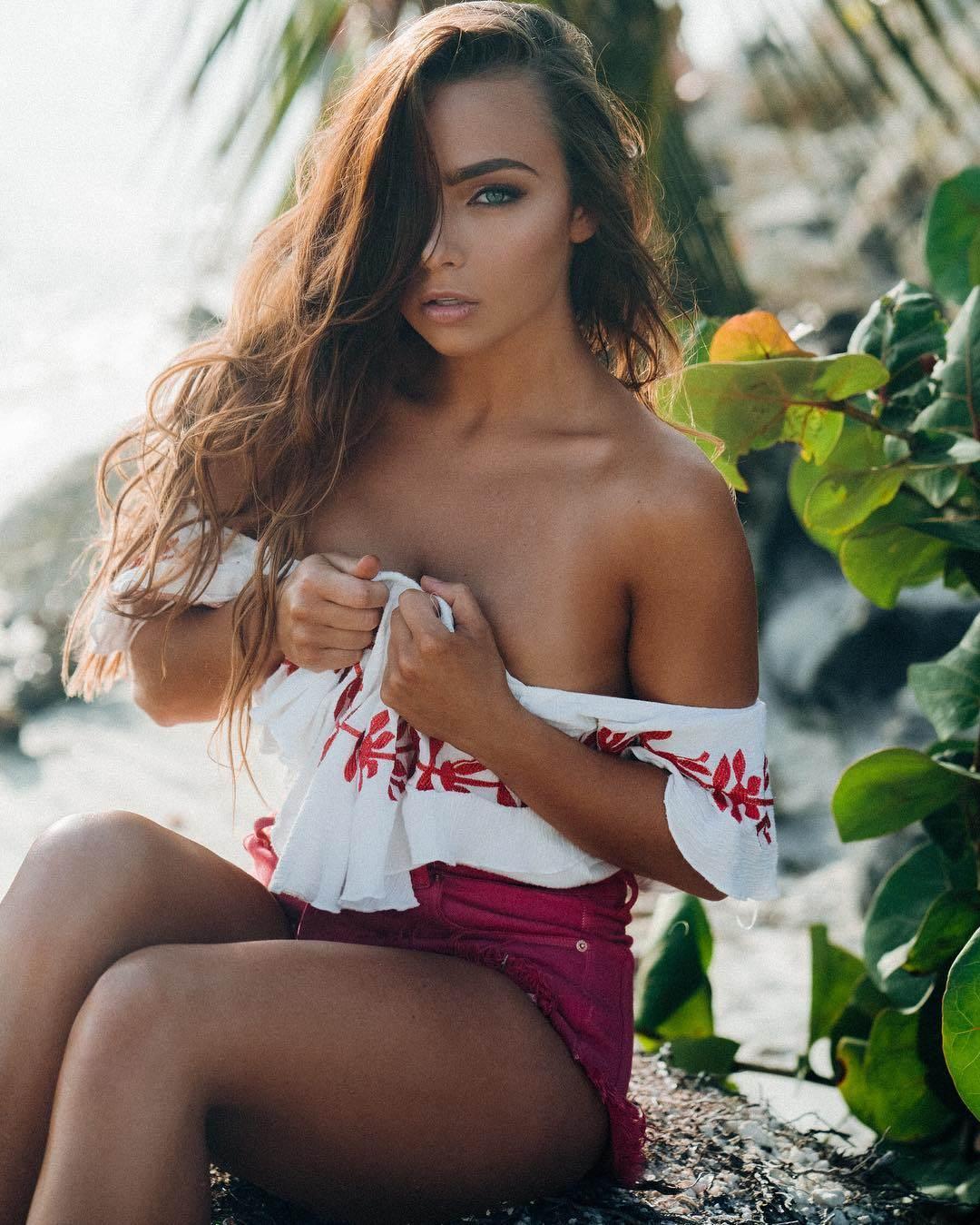 Сексуальная шатенка Кейтлин Кристин