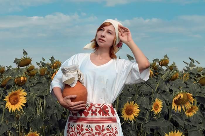 Деревенская девушка в поле