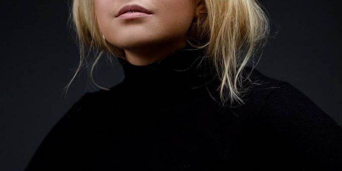 Очаровательная англичанка, блондинка с пышными формами Молли Кэмпси