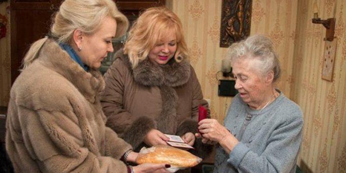 Керченские чиновницы в шубах подарили блокадникам хлеб фото