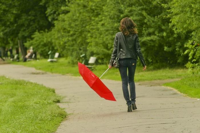Девушка с красным зонтом