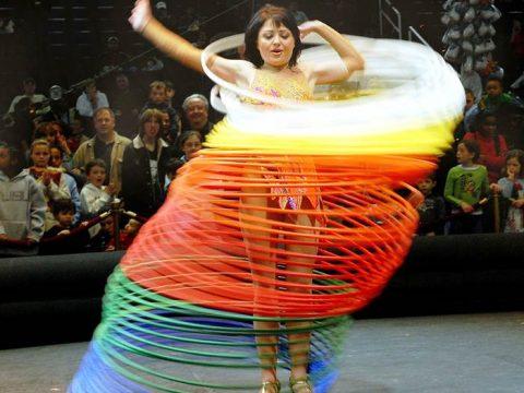 Хула-хуп в цирке фото
