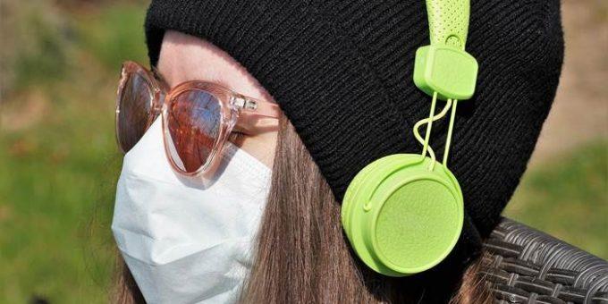 Девушка в маске и наушниках