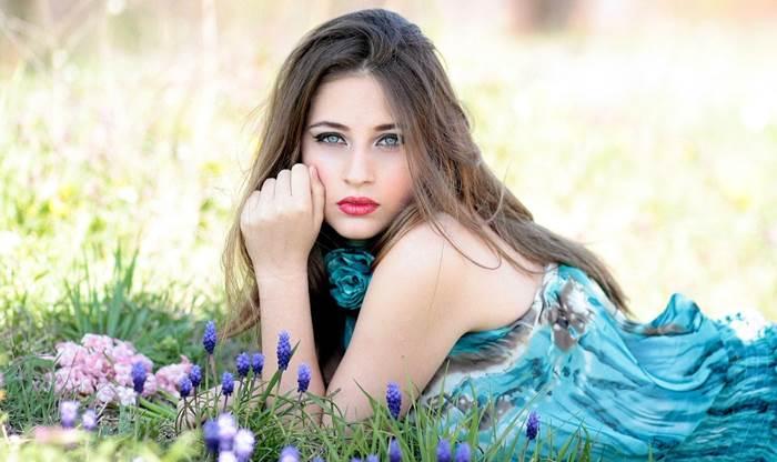 Девушка на цветочной поляне