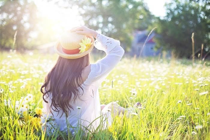 Девушка на природе летом