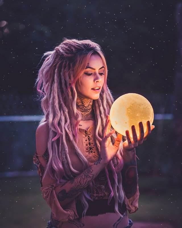 Девушка с Луной в руках