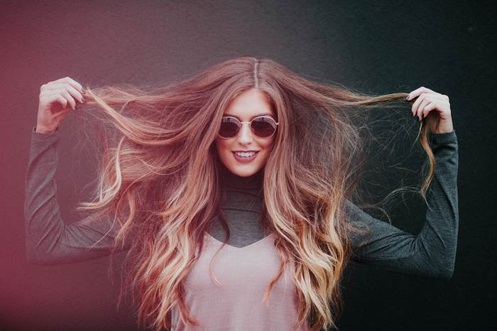 Девушка с длинными растрёпанными волосами