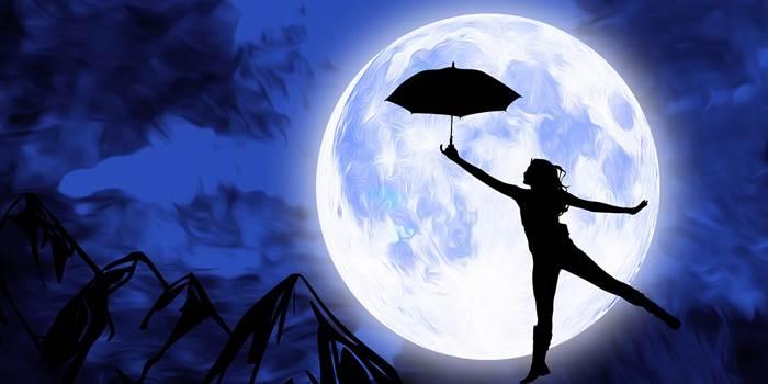 Девушка с зонтиком на фоне Луны