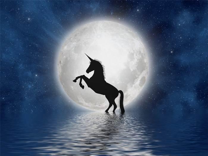 Единорог на фоне Луны