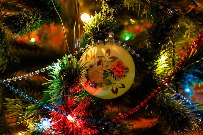 Игрушки на новогодней ёлке